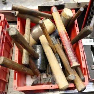 Kiste mit div. Holz- und Stahlhammern