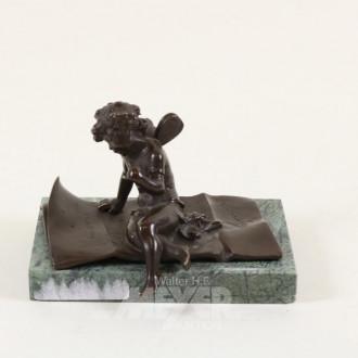 kl. Bronze-Figur ''Sitzender Putto''