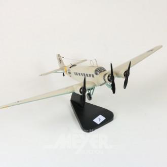 Modell-Flugzeug, auf Stativ