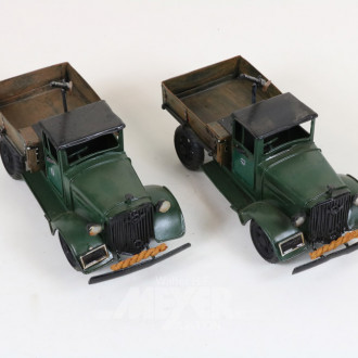 2 versch. Militärfahrzeuge, Blech