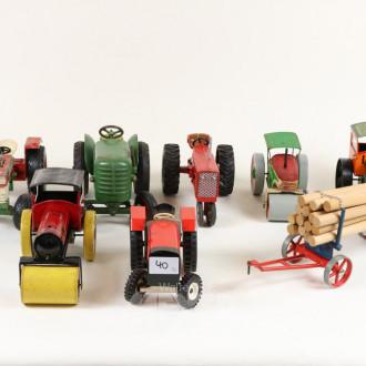 7 Modell-Traktoren und 1 Anhänger,