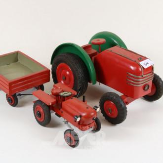 Holz-Traktoren und 1 Anhänger
