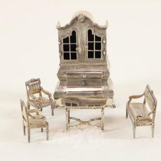 Miniatur-Barockschrank und 1 Salongruppe
