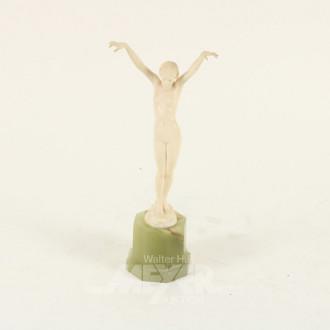 Horn-Figur ''Venus'' auf Onyx-Sockel