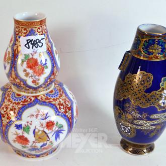 2 versch. Porzellan-Vasen