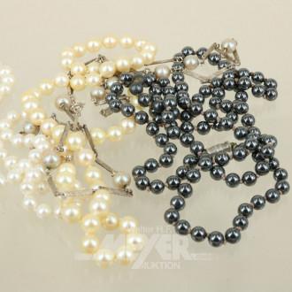 4 Ketten, u. a. 1 x Silber mit Perlen