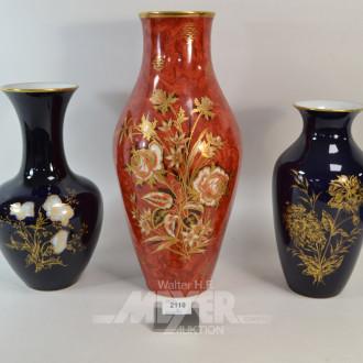 3 versch. Porz.-Vasen, rot und schwarz,