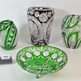 4 Teile farbiges Kristall: 3 Vasen,