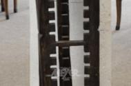 gr. Holzschnitzerei/CD-Regal,
