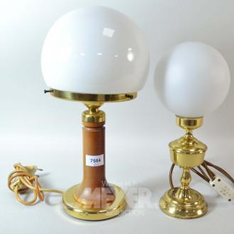 2 kl. Tischlampen mit Glasschirm,