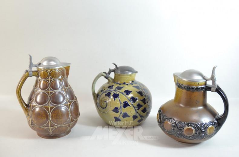 3 Keramik-Krüge, mit Zinndeckel und mit