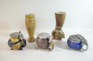 Posten Keramik: 2 Krüge mit Zinndeckel,