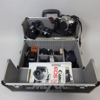 Alu-Koffer mit Fotokameras u. div. Zbh.