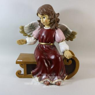 Engelfigur auf einer Bank, farbig,